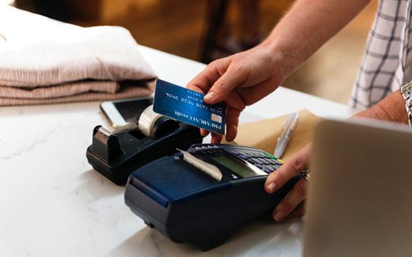 クレジットカードを使っているイメージ